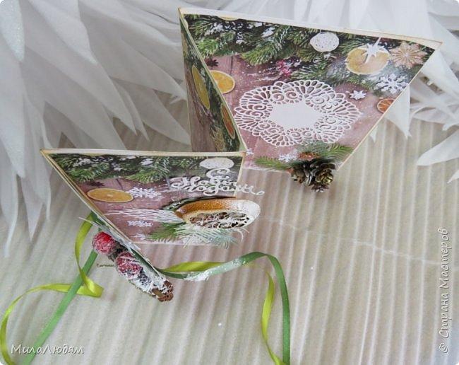 """Всем здравствуйте! отчитываюсь за IV ЭТАП СТ """"Семь чудесных открыток"""" -""""Открытка-раскладушка"""":  ТЕМА - Новый год, Рождество, зима ФОРМА - любая (прямоугольник, квадрат, трапеция и т.д.) Три года назад, когда я пришла в скрап, я увидела открытку, которая запала в душу. Я ее повторила дважды и каждый раз, как оказалось, неправильно, средний ярус я вклеивала, а надо было сгибать. (я потом нашла МК)http://stranamasterov.ru/node/827683 и  http://stranamasterov.ru/node/826879    И вот теперь я ее сделала правильно. Назвала я ее """"Корица и апельсин"""" ОУ (обязательное условие) - вертикальные грани (сгибы) фото 3"""