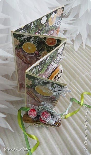 """Всем здравствуйте! отчитываюсь за IV ЭТАП СТ """"Семь чудесных открыток"""" -""""Открытка-раскладушка"""":  ТЕМА - Новый год, Рождество, зима ФОРМА - любая (прямоугольник, квадрат, трапеция и т.д.) Три года назад, когда я пришла в скрап, я увидела открытку, которая запала в душу. Я ее повторила дважды и каждый раз, как оказалось, неправильно, средний ярус я вклеивала, а надо было сгибать. (я потом нашла МК)http://stranamasterov.ru/node/827683 и  http://stranamasterov.ru/node/826879    И вот теперь я ее сделала правильно. Назвала я ее """"Корица и апельсин"""" ОУ (обязательное условие) - вертикальные грани (сгибы) фото 4"""