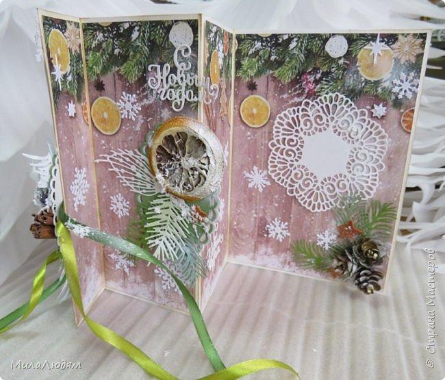 """Всем здравствуйте! отчитываюсь за IV ЭТАП СТ """"Семь чудесных открыток"""" -""""Открытка-раскладушка"""":  ТЕМА - Новый год, Рождество, зима ФОРМА - любая (прямоугольник, квадрат, трапеция и т.д.) Три года назад, когда я пришла в скрап, я увидела открытку, которая запала в душу. Я ее повторила дважды и каждый раз, как оказалось, неправильно, средний ярус я вклеивала, а надо было сгибать. (я потом нашла МК)http://stranamasterov.ru/node/827683 и  http://stranamasterov.ru/node/826879    И вот теперь я ее сделала правильно. Назвала я ее """"Корица и апельсин"""" ОУ (обязательное условие) - вертикальные грани (сгибы) фото 5"""