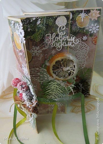 """Всем здравствуйте! отчитываюсь за IV ЭТАП СТ """"Семь чудесных открыток"""" -""""Открытка-раскладушка"""":  ТЕМА - Новый год, Рождество, зима ФОРМА - любая (прямоугольник, квадрат, трапеция и т.д.) Три года назад, когда я пришла в скрап, я увидела открытку, которая запала в душу. Я ее повторила дважды и каждый раз, как оказалось, неправильно, средний ярус я вклеивала, а надо было сгибать. (я потом нашла МК)http://stranamasterov.ru/node/827683 и  http://stranamasterov.ru/node/826879    И вот теперь я ее сделала правильно. Назвала я ее """"Корица и апельсин"""" ОУ (обязательное условие) - вертикальные грани (сгибы) фото 21"""