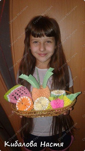 моя дочка со своими поделками.фруктовая корзина фото 1