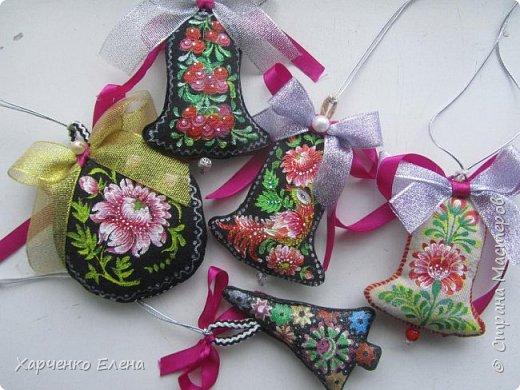 Добрый день, друзья!     Хочу поделиться опытом создания  текстильных елочных игрушек, декорированных петриковской росписью. фото 1