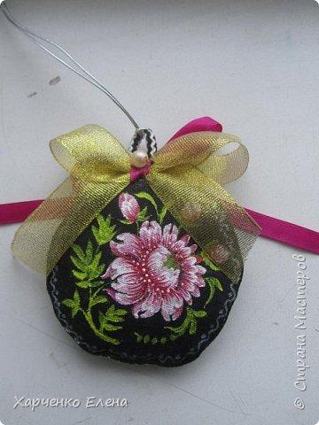 Добрый день, друзья!     Хочу поделиться опытом создания  текстильных елочных игрушек, декорированных петриковской росписью. фото 5