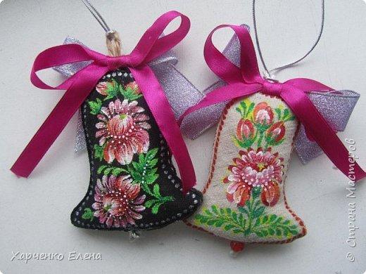 Добрый день, друзья!     Хочу поделиться опытом создания  текстильных елочных игрушек, декорированных петриковской росписью. фото 2