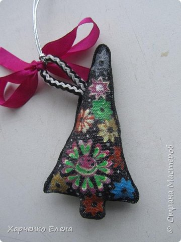 Добрый день, друзья!     Хочу поделиться опытом создания  текстильных елочных игрушек, декорированных петриковской росписью. фото 4