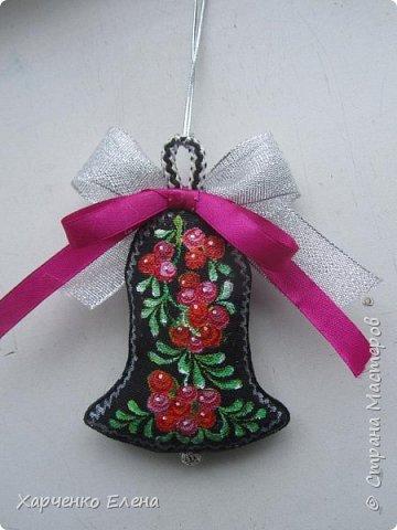 Добрый день, друзья!     Хочу поделиться опытом создания  текстильных елочных игрушек, декорированных петриковской росписью. фото 3