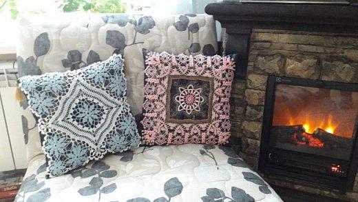 Всё это в своё время вязалось как салфетки. Но оказалось, что это прекрасный вариант декорировать диванные подушки и придать уютности дому.  фото 4