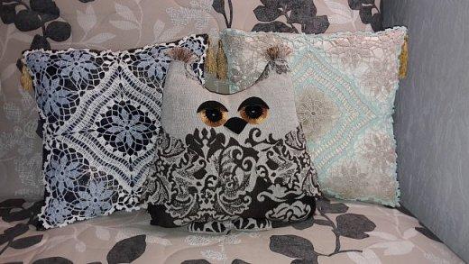 Всё это в своё время вязалось как салфетки. Но оказалось, что это прекрасный вариант декорировать диванные подушки и придать уютности дому.  фото 3