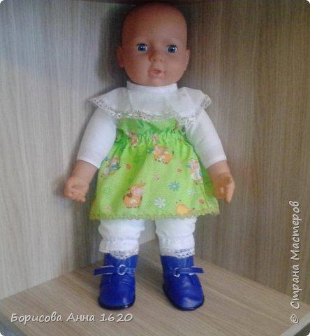 Здравствуйте, жители Страны Мастеров. Представляю ботики для куклы. Моя дочь  активно играет в куклы, и часто нашей Ляле приходится гулять по улицам. А как вывести куклу гулять раздетой??? Вопрос из вопросов. С куртками и польтишками проблем не было. Сшить не так сложно, но вот обуть - это проблема из проблем. Пришлось осваивать кожевенное дело. Что бы изготовить такие ботика, вам понадобятся: -искусственная кожа, довольно мягкая - 20 х 20 см; -вискозная салфетка - 1 шт; -скрепка - 1 шт; -липучка - 2 см; -кожаный шнур - 40 см; -кожаные стельки (я брала в фикспрайсе); -клей момент кристалл; -нитки в цвет кожи; -игла; -ножницы; -плоскогубцы и кусачки; -фольга; -бумага; -картон; -карандаш; -линейка. фото 23