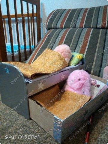 """Всем привет!  У нашей доченьки появились новые любимые игрушки - мягенькие кролики. Нам, родителям, они не очень нравятся, так как не видно из-за меха ни глаз, ни носика, а вот доченька от них в восторге: и спит с ними, и кушает, и играет. Как-то перед походом в детский сад, мне Ксенечка сказала, что надо сделать ее кролику стульчик для кормления, как у братика, ведь кролик тоже малыш. """"Надо - значит надо! Будет, доченька, обещаю!"""" - сказала я. А уж раз сказала, а тем более пообещала - вперед мамулечка к творчеству! Вот такой стульчик вышел у меня на одном дыхании. Процесс изготовления мне так понравился, что решила на этом не останавливаться. Когда доченька вернулась из детского сада, я сделала вид, что забыла о своем обещании, на что доча спокойно ответила, снимая куртку: """"Ничего страшного, сейчас пойдем делать вместе"""" (а стульчик-то уже ждет в детской комнате). Ксеша зашла, ничего не замечая, стала переодеваться, я стою и наблюдаю со стороны... и тут ее взгляд ловит ее мечту! Вы бы только видели восторг, радость и счастье нашей красотулечки!!! Прыгала, визжала и, погрозив мне пальчиком, произнесла: """"Ну ты и шутница, мамочка!"""", обняла крепко-крепко и поцеловала... я сама в этот момент была безумно счастлива.  фото 6"""