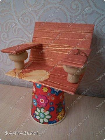 """Всем привет!  У нашей доченьки появились новые любимые игрушки - мягенькие кролики. Нам, родителям, они не очень нравятся, так как не видно из-за меха ни глаз, ни носика, а вот доченька от них в восторге: и спит с ними, и кушает, и играет. Как-то перед походом в детский сад, мне Ксенечка сказала, что надо сделать ее кролику стульчик для кормления, как у братика, ведь кролик тоже малыш. """"Надо - значит надо! Будет, доченька, обещаю!"""" - сказала я. А уж раз сказала, а тем более пообещала - вперед мамулечка к творчеству! Вот такой стульчик вышел у меня на одном дыхании. Процесс изготовления мне так понравился, что решила на этом не останавливаться. Когда доченька вернулась из детского сада, я сделала вид, что забыла о своем обещании, на что доча спокойно ответила, снимая куртку: """"Ничего страшного, сейчас пойдем делать вместе"""" (а стульчик-то уже ждет в детской комнате). Ксеша зашла, ничего не замечая, стала переодеваться, я стою и наблюдаю со стороны... и тут ее взгляд ловит ее мечту! Вы бы только видели восторг, радость и счастье нашей красотулечки!!! Прыгала, визжала и, погрозив мне пальчиком, произнесла: """"Ну ты и шутница, мамочка!"""", обняла крепко-крепко и поцеловала... я сама в этот момент была безумно счастлива.  фото 3"""