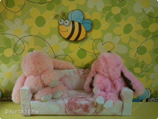 """Всем привет!  У нашей доченьки появились новые любимые игрушки - мягенькие кролики. Нам, родителям, они не очень нравятся, так как не видно из-за меха ни глаз, ни носика, а вот доченька от них в восторге: и спит с ними, и кушает, и играет. Как-то перед походом в детский сад, мне Ксенечка сказала, что надо сделать ее кролику стульчик для кормления, как у братика, ведь кролик тоже малыш. """"Надо - значит надо! Будет, доченька, обещаю!"""" - сказала я. А уж раз сказала, а тем более пообещала - вперед мамулечка к творчеству! Вот такой стульчик вышел у меня на одном дыхании. Процесс изготовления мне так понравился, что решила на этом не останавливаться. Когда доченька вернулась из детского сада, я сделала вид, что забыла о своем обещании, на что доча спокойно ответила, снимая куртку: """"Ничего страшного, сейчас пойдем делать вместе"""" (а стульчик-то уже ждет в детской комнате). Ксеша зашла, ничего не замечая, стала переодеваться, я стою и наблюдаю со стороны... и тут ее взгляд ловит ее мечту! Вы бы только видели восторг, радость и счастье нашей красотулечки!!! Прыгала, визжала и, погрозив мне пальчиком, произнесла: """"Ну ты и шутница, мамочка!"""", обняла крепко-крепко и поцеловала... я сама в этот момент была безумно счастлива.  фото 11"""