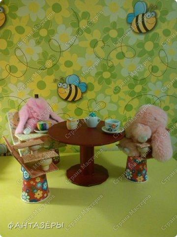 """Всем привет!  У нашей доченьки появились новые любимые игрушки - мягенькие кролики. Нам, родителям, они не очень нравятся, так как не видно из-за меха ни глаз, ни носика, а вот доченька от них в восторге: и спит с ними, и кушает, и играет. Как-то перед походом в детский сад, мне Ксенечка сказала, что надо сделать ее кролику стульчик для кормления, как у братика, ведь кролик тоже малыш. """"Надо - значит надо! Будет, доченька, обещаю!"""" - сказала я. А уж раз сказала, а тем более пообещала - вперед мамулечка к творчеству! Вот такой стульчик вышел у меня на одном дыхании. Процесс изготовления мне так понравился, что решила на этом не останавливаться. Когда доченька вернулась из детского сада, я сделала вид, что забыла о своем обещании, на что доча спокойно ответила, снимая куртку: """"Ничего страшного, сейчас пойдем делать вместе"""" (а стульчик-то уже ждет в детской комнате). Ксеша зашла, ничего не замечая, стала переодеваться, я стою и наблюдаю со стороны... и тут ее взгляд ловит ее мечту! Вы бы только видели восторг, радость и счастье нашей красотулечки!!! Прыгала, визжала и, погрозив мне пальчиком, произнесла: """"Ну ты и шутница, мамочка!"""", обняла крепко-крепко и поцеловала... я сама в этот момент была безумно счастлива.  фото 5"""