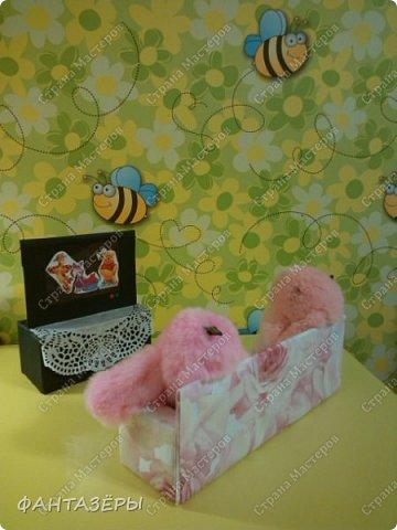 """Всем привет!  У нашей доченьки появились новые любимые игрушки - мягенькие кролики. Нам, родителям, они не очень нравятся, так как не видно из-за меха ни глаз, ни носика, а вот доченька от них в восторге: и спит с ними, и кушает, и играет. Как-то перед походом в детский сад, мне Ксенечка сказала, что надо сделать ее кролику стульчик для кормления, как у братика, ведь кролик тоже малыш. """"Надо - значит надо! Будет, доченька, обещаю!"""" - сказала я. А уж раз сказала, а тем более пообещала - вперед мамулечка к творчеству! Вот такой стульчик вышел у меня на одном дыхании. Процесс изготовления мне так понравился, что решила на этом не останавливаться. Когда доченька вернулась из детского сада, я сделала вид, что забыла о своем обещании, на что доча спокойно ответила, снимая куртку: """"Ничего страшного, сейчас пойдем делать вместе"""" (а стульчик-то уже ждет в детской комнате). Ксеша зашла, ничего не замечая, стала переодеваться, я стою и наблюдаю со стороны... и тут ее взгляд ловит ее мечту! Вы бы только видели восторг, радость и счастье нашей красотулечки!!! Прыгала, визжала и, погрозив мне пальчиком, произнесла: """"Ну ты и шутница, мамочка!"""", обняла крепко-крепко и поцеловала... я сама в этот момент была безумно счастлива.  фото 9"""