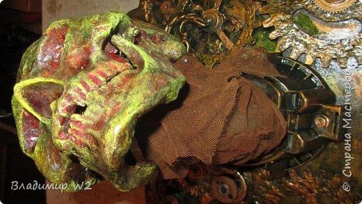 Первые упоминания об этих часах (рисунков не сохранилось) мы встречаем у Альберта великого, Роджера Бэкона и почтенного отца Грибудона.             По легенде часы найдены в Шибальбе - месте страха в джунглях Белиза (известен под названием Британский Гондурас). Один из владельцев  мрачный  фанатичный Мильтон из секты индепендентов, гнусный составитель бумаг на латинском языке и секретарь парламента, называемого Охвостьем.  Во времена Наполеоновских войн следы часов теряются, вплоть до 1866 года,  выставка сюр-эндепадентов в Париже - куплены Николаем Миклухо-Маклаем. На глобусе часов М-М обнаружил карту бессмертного царства Барбело. Крестиками отмечены части неизбежных флуктуаций, ноликами – палладиумы чистоты и невинности.  Что, собственно, и подвигло будущего путешественника к ряду беспрецедентных экспедиций.  Уже позднее, набравшись анатомического опыта М-М обнаружил, что череп на часах принадлежал пигмею племени Бояко (искусных охотников  за мартышками мармазетками).   фото 20