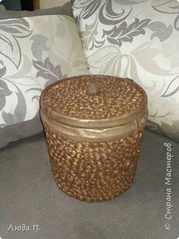 Короб для хранения, сделан из пластикового ведра,разгрузила целый пакет обрезков из кожи, внутри обклеяла тканью. фото 1