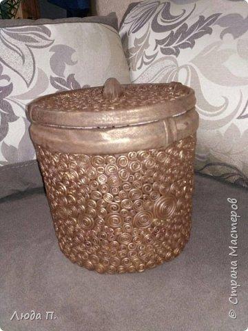 Короб для хранения, сделан из пластикового ведра,разгрузила целый пакет обрезков из кожи, внутри обклеяла тканью. фото 7