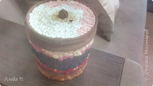 Короб для хранения, сделан из пластикового ведра,разгрузила целый пакет обрезков из кожи, внутри обклеяла тканью. фото 8