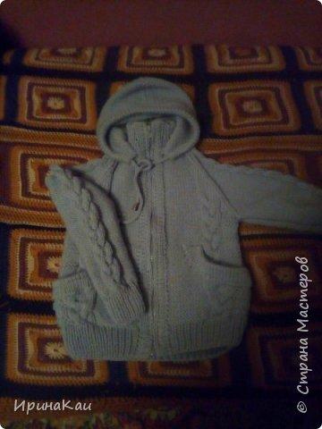 Вот такую теплую кофту на молнии, с карманами и с капюшоном связала для своего младшенького внучека.  фото 1
