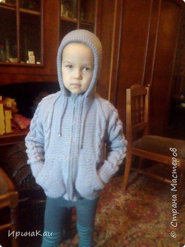 Вот такую теплую кофту на молнии, с карманами и с капюшоном связала для своего младшенького внучека.  фото 2