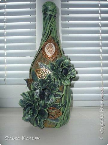 """Дочь с подружкой купили напольную вазу в подарок семейной паре на какое-то торжество. Но в такси вазу разбили, вернее отбили верх. Вазу привезли мне и со словами - ну сделай что-нибудь с ней, уехали за другой. (Кстати другую вазу на следующий день разбил ребенок этой пары, видно не судьба иметь им напольную вазу). Приклеить верхушку не составило труда, благо сейчас есть огромное количество разных клеев.  Изначально ваза была кораллового цвета, декорирована под кирпич, еще на ней были веточки вишни. После того как я решила заделать трещины продолжением веточек, краска поплыла. И конкретно поплыла. И в таком плачевном состоянии ваза простояла больше года. И тут я решила ее сделать в той же """"технике"""" и цвете, как и кашпо (предыдущий пост). И вот что у меня получилось. фото 11"""