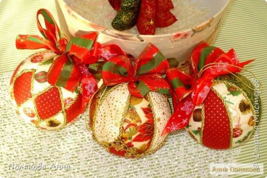 Яркий новогодний набор игрушек состоит из трех шариков, выполненных в технике кимекони из высококачественного хлопка. Украшены декоративными лентами, блестящим шнуром, красивой тесьмой , имеет петельку для подвешивания. фото 2
