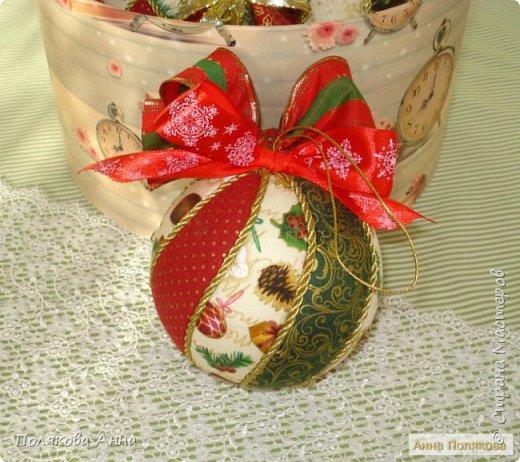 Яркий новогодний набор игрушек состоит из трех шариков, выполненных в технике кимекони из высококачественного хлопка. Украшены декоративными лентами, блестящим шнуром, красивой тесьмой , имеет петельку для подвешивания. фото 5