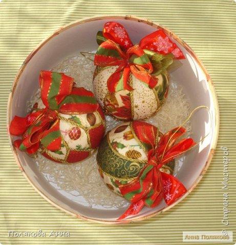 Яркий новогодний набор игрушек состоит из трех шариков, выполненных в технике кимекони из высококачественного хлопка. Украшены декоративными лентами, блестящим шнуром, красивой тесьмой , имеет петельку для подвешивания. фото 10