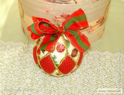 Яркий новогодний набор игрушек состоит из трех шариков, выполненных в технике кимекони из высококачественного хлопка. Украшены декоративными лентами, блестящим шнуром, красивой тесьмой , имеет петельку для подвешивания. фото 3
