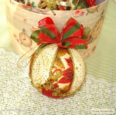 Яркий новогодний набор игрушек состоит из трех шариков, выполненных в технике кимекони из высококачественного хлопка. Украшены декоративными лентами, блестящим шнуром, красивой тесьмой , имеет петельку для подвешивания. фото 4