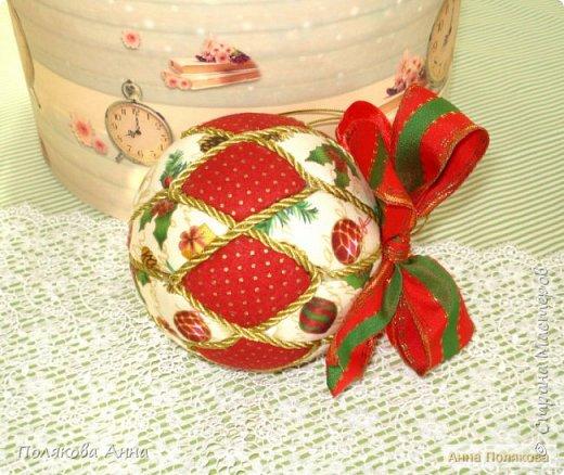 Яркий новогодний набор игрушек состоит из трех шариков, выполненных в технике кимекони из высококачественного хлопка. Украшены декоративными лентами, блестящим шнуром, красивой тесьмой , имеет петельку для подвешивания. фото 6