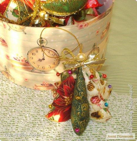 Яркий новогодний набор игрушек состоит из трех шариков, выполненных в технике кимекони из высококачественного хлопка. Украшены декоративными лентами, блестящим шнуром, красивой тесьмой , имеет петельку для подвешивания. фото 7
