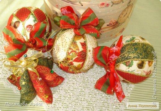 Яркий новогодний набор игрушек состоит из трех шариков, выполненных в технике кимекони из высококачественного хлопка. Украшены декоративными лентами, блестящим шнуром, красивой тесьмой , имеет петельку для подвешивания. фото 8