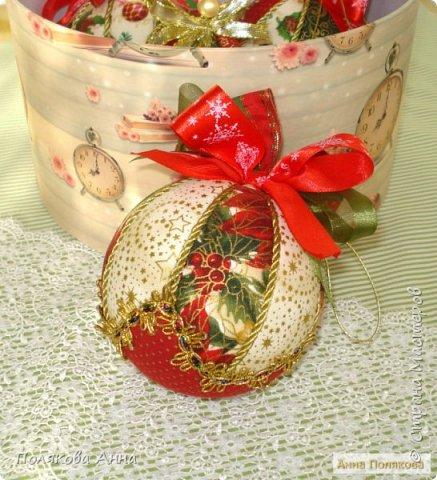 Яркий новогодний набор игрушек состоит из трех шариков, выполненных в технике кимекони из высококачественного хлопка. Украшены декоративными лентами, блестящим шнуром, красивой тесьмой , имеет петельку для подвешивания. фото 9