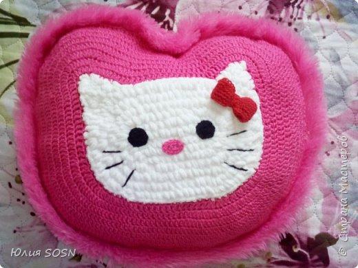 """задняя часть подушки из розового меха, вязала всё """"на глаз"""", без замеров и выкроек."""
