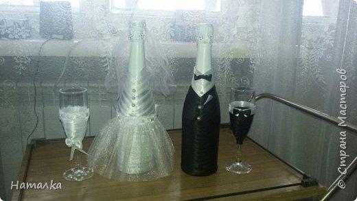 Вот так атласными лентами, фатином, кружевом, жемчужными бусинами я украсила бутылку  и фужеры к свадебному столу  для красивой молодой пары.