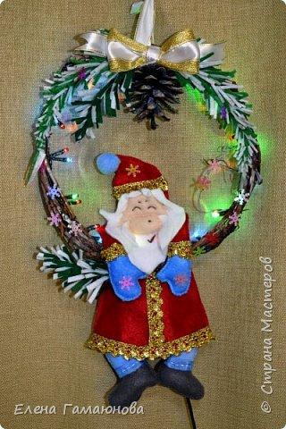 Венок с гирляндой и дедом Морозом. Размер 20 * 35 см. В гирлянде 8 режимов. Основа виноградная лоза. Дед Мороз и ветки ели – фетр.