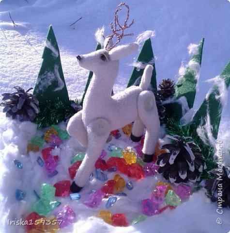 С детства моей самой любимой зимней сказкой остается «Серебряное копытце» Бажова П.П. Это таинственно-волшебная сказка с нотками ностальгии, которая помогает верить в чудеса и как никакая другая подходит к ожиданию главных зимних чудес — самых любимых праздников, Нового года и Рождества! «— Тот козёл особенный. У него на правой передней ноге серебряное копытце. В каком месте топнет этим копытцем, там и появится дорогой камень. Раз топнет — один камень, два топнет — два камня, а где ножкой бить станет — там груда дорогих камней» фото 1
