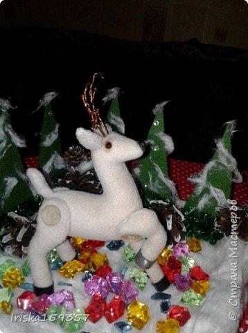 С детства моей самой любимой зимней сказкой остается «Серебряное копытце» Бажова П.П. Это таинственно-волшебная сказка с нотками ностальгии, которая помогает верить в чудеса и как никакая другая подходит к ожиданию главных зимних чудес — самых любимых праздников, Нового года и Рождества! «— Тот козёл особенный. У него на правой передней ноге серебряное копытце. В каком месте топнет этим копытцем, там и появится дорогой камень. Раз топнет — один камень, два топнет — два камня, а где ножкой бить станет — там груда дорогих камней» фото 6