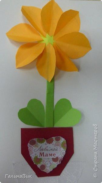 Всем добрый вечер! В этом году с четвертыми классами ко Дню матери выполнили на картоне аппликацию в виде цветка в горшочке. На фото 1 мой образец. Ниже работы ребят.       Принцип выполнения такого цветка не является моим открытием (например, здесь показаны похожие цветы http://stranamasterov.ru/node/814273). Работы с такими цветочками получаются объёмными и выразительными. фото 12