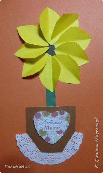 Всем добрый вечер! В этом году с четвертыми классами ко Дню матери выполнили на картоне аппликацию в виде цветка в горшочке. На фото 1 мой образец. Ниже работы ребят.       Принцип выполнения такого цветка не является моим открытием (например, здесь показаны похожие цветы http://stranamasterov.ru/node/814273). Работы с такими цветочками получаются объёмными и выразительными. фото 25