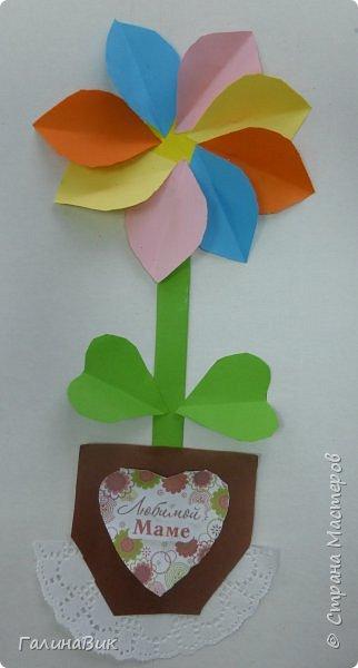 Всем добрый вечер! В этом году с четвертыми классами ко Дню матери выполнили на картоне аппликацию в виде цветка в горшочке. На фото 1 мой образец. Ниже работы ребят.       Принцип выполнения такого цветка не является моим открытием (например, здесь показаны похожие цветы http://stranamasterov.ru/node/814273). Работы с такими цветочками получаются объёмными и выразительными. фото 27