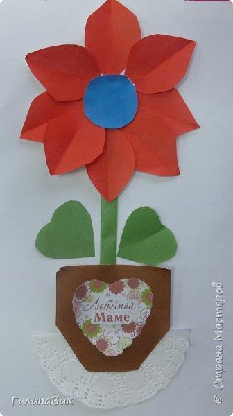 Всем добрый вечер! В этом году с четвертыми классами ко Дню матери выполнили на картоне аппликацию в виде цветка в горшочке. На фото 1 мой образец. Ниже работы ребят.       Принцип выполнения такого цветка не является моим открытием (например, здесь показаны похожие цветы http://stranamasterov.ru/node/814273). Работы с такими цветочками получаются объёмными и выразительными. фото 31