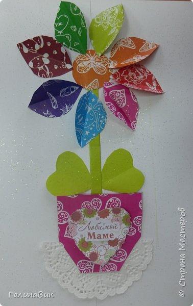 Всем добрый вечер! В этом году с четвертыми классами ко Дню матери выполнили на картоне аппликацию в виде цветка в горшочке. На фото 1 мой образец. Ниже работы ребят.       Принцип выполнения такого цветка не является моим открытием (например, здесь показаны похожие цветы http://stranamasterov.ru/node/814273). Работы с такими цветочками получаются объёмными и выразительными. фото 32