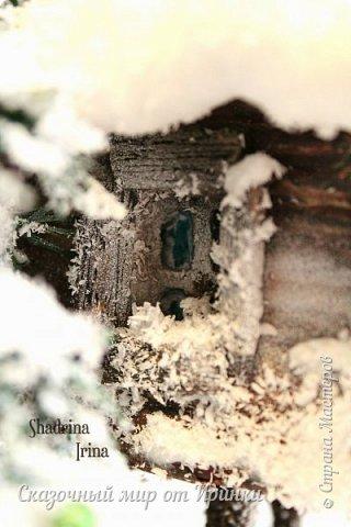"""Здравствуйте, дорогие друзья!! Зима на подходе и у меня """"рождаются"""" зимние избушки!!  Где-то в зимнем лесу стоит избушечка Бабы Яги, подзамёрзла, стоит в валенках). Рядом с избушкой растет ёлочка, Яга ее уже нарядила, развесила мухоморчиков). У избушки стоит ступа с метлой. Над дверью висят часики. Все запорошило снегом!  Диаметр подставки- 20 см, высота ёлочки 23 см.   Спасибо всем огромное за просмотр!!!:-) фото 4"""