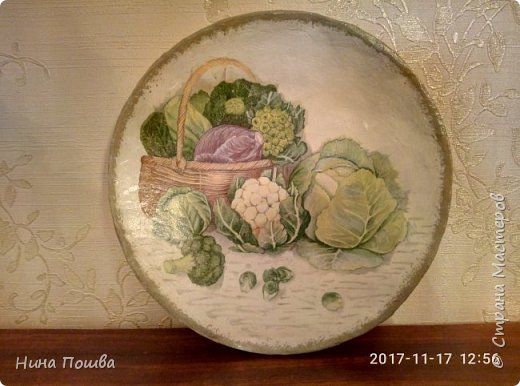 Здравствуйте, уважаемый мастерицы! Это мои первые тарелки. Сделала я их для дачи. Поэтому и мотив такой огородный. Тарелки делала из газет. Декупаж салфетки. фото 2