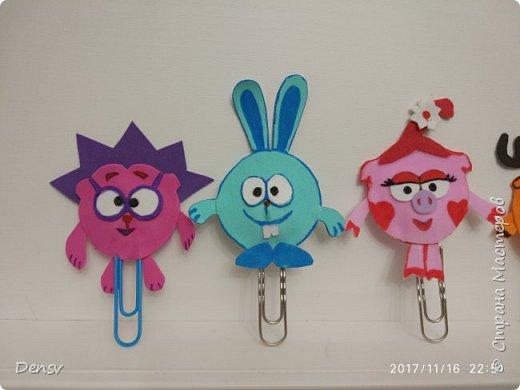 Добрый день. Хочу поделиться с вами своей идеей, что можно сделать совместно с детками начальной школы. Для изготовления закладок, я использовала: фомиаран, скрепки,ватку(для объёма), супер- клей и фломастеры. фото 2