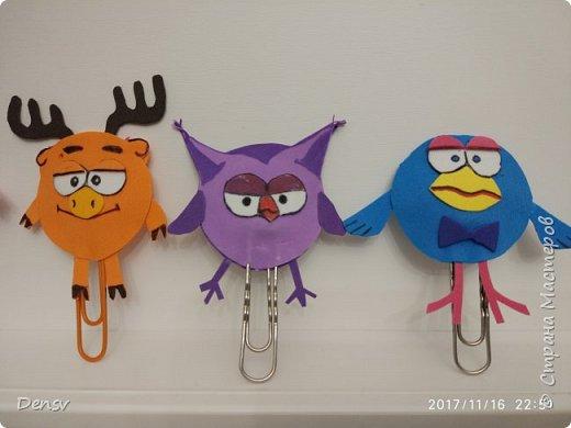 Добрый день. Хочу поделиться с вами своей идеей, что можно сделать совместно с детками начальной школы. Для изготовления закладок, я использовала: фомиаран, скрепки,ватку(для объёма), супер- клей и фломастеры. фото 3