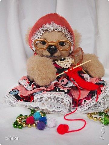 Бабушка изначально планировалась венцом коллекции на международном онлайн шоу, но уступила дорогу к славе любимой внучке :) Счастливы те, у кого была или есть такая бабушка! Она свяжет свитерок, шапочку, шарфик... фото 1