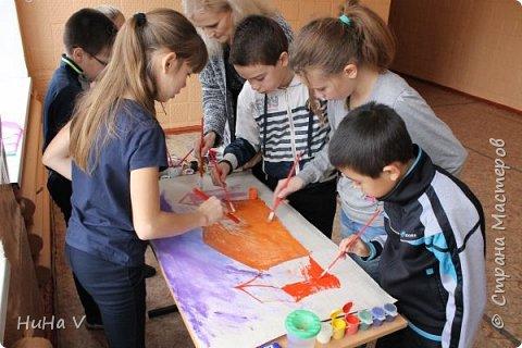 Коллективное рисование оказалось очень увлекательным творческим процессом! И дети и учителя получили массу положительных эмоций! фото 5